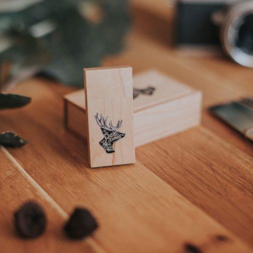 Pendrive de madera con cajita